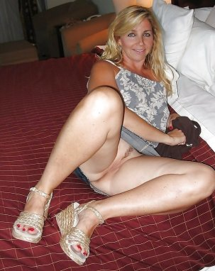 naked amateur housewife